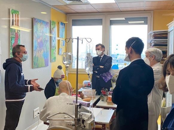 Emmanuel Macron en visite dans le département de cancérologie de l'enfant